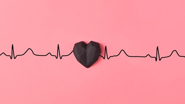 Cartão de parabéns com corações de gesso na cor preta em uma linha de amor de ecocardiograma