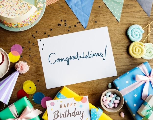 Cartão de parabéns em um fundo de festa de aniversário