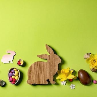 Cartão de páscoa com decorações em madeira, doces de chocolate e ovos