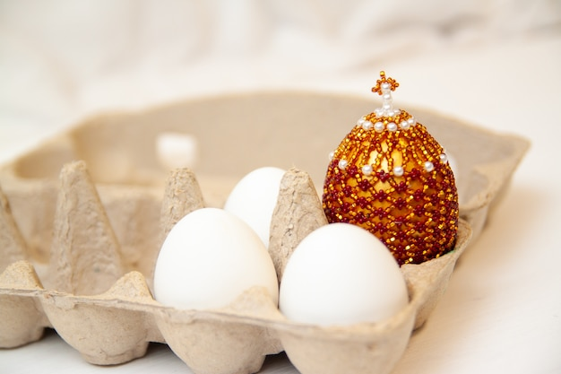 Cartão de páscoa com ovo três wrhite na caixa e cor ovo com cruz no topo