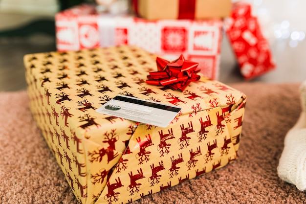 Cartão de plástico e caixas de presentes no tapete