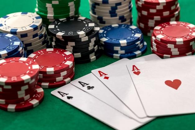 Cartão de pôquer e diferentes fichas na mesa verde