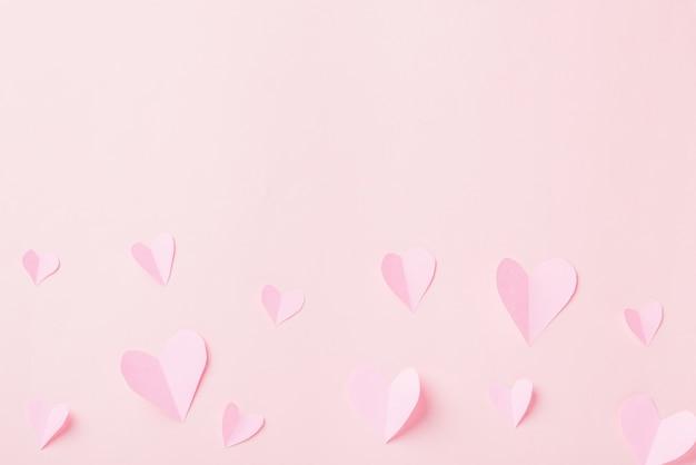 Cartão de presente de saudação com composição de corte de corações de papel rosa lindo padrão
