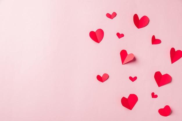 Cartão de presente de saudação com composição de corte de corações de papel vermelho bonito
