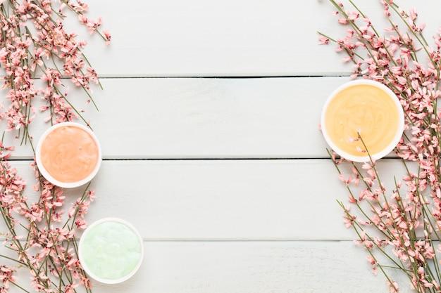 Cartão de primavera, flores vivas de cor coral no pastel.