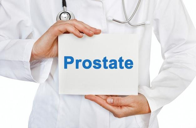 Cartão de próstata nas mãos do médico