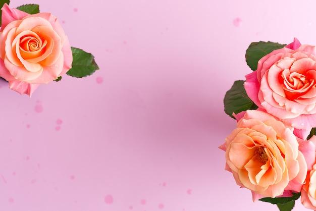 Cartão de quadro de buquê natural de flores rosas recém colhidas em rosa pastel.