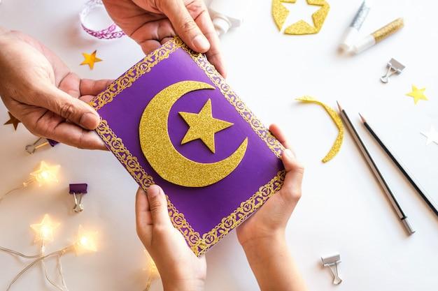 Cartão de ramadã kareem diy com lua crescente dourada e uma estrela.