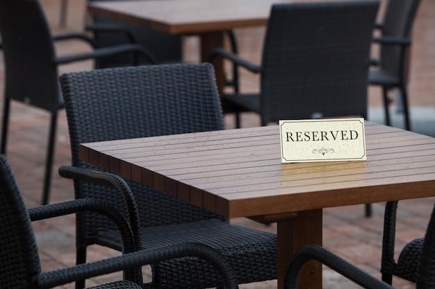Cartão de reserva em uma mesa