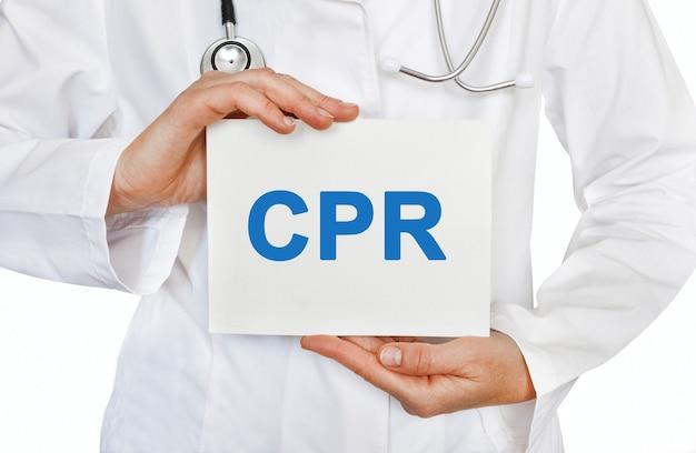Cartão de ressuscitação cardiopulmonar de rcp nas mãos do médico