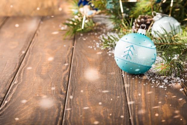 Cartão de saudação de natal brilhante com bola azul