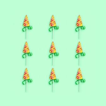 Cartão de saudação de natal e ano novo com pirulitos em forma de árvore de natal.