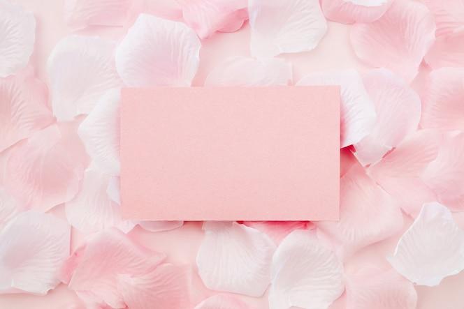 Cartão de saudação em pétalas de rosa brancas e rosa
