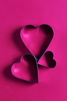 Cartão de saudação minimalista do dia de são valentim, cortadores de biscoitos em forma de coração