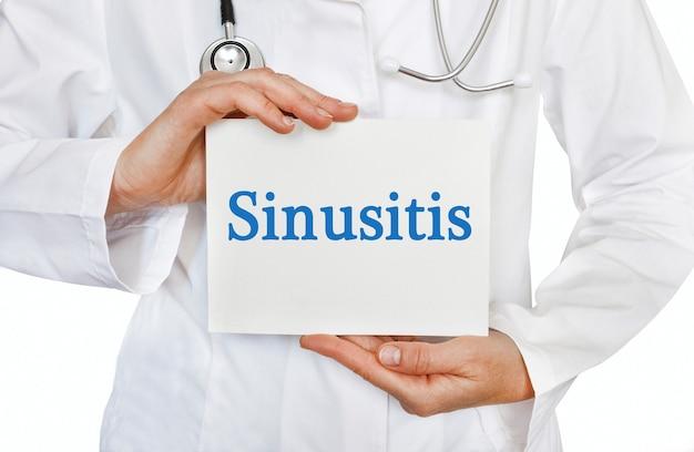 Cartão de sinusite nas mãos do médico