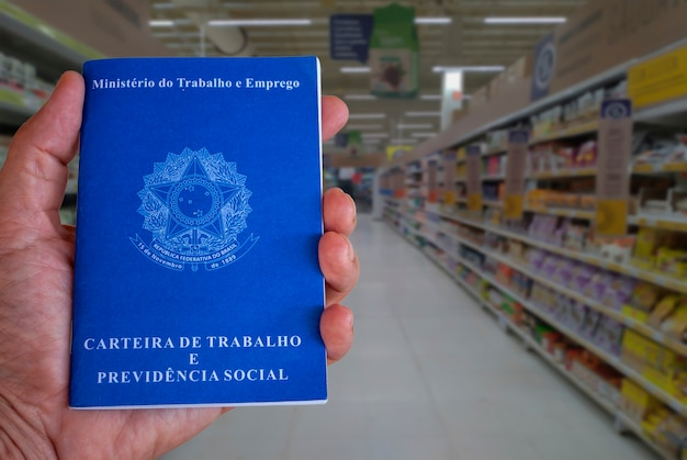 Cartão de trabalho brasileiro com fundo desfocado do corredor do supermercado. conceito de trabalho e comércio