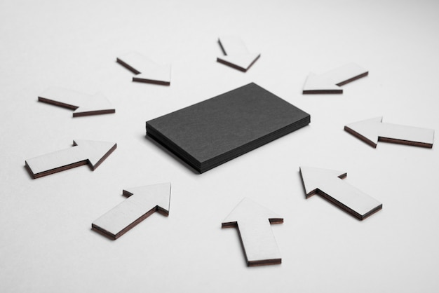 Cartão de visita corporativo preto rodeado por setas