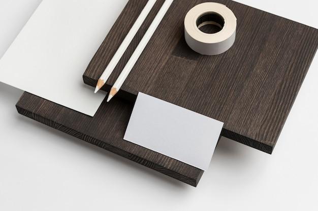Cartão de visita de cópia de alta vista em mesa moderna