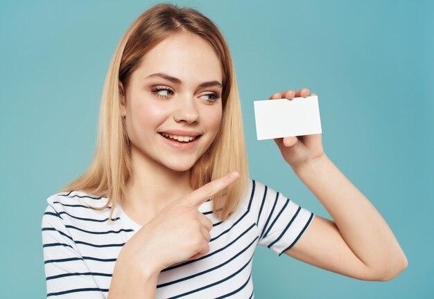 Cartão de visita de uma linda mulher nas mãos copyspace anúncio fundo azul