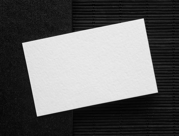 Cartão de visita de vista superior em fundo escuro