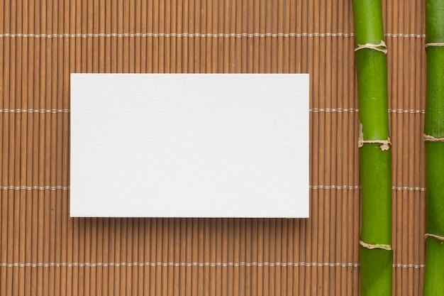 Cartão de visita e bambu com cópia plana