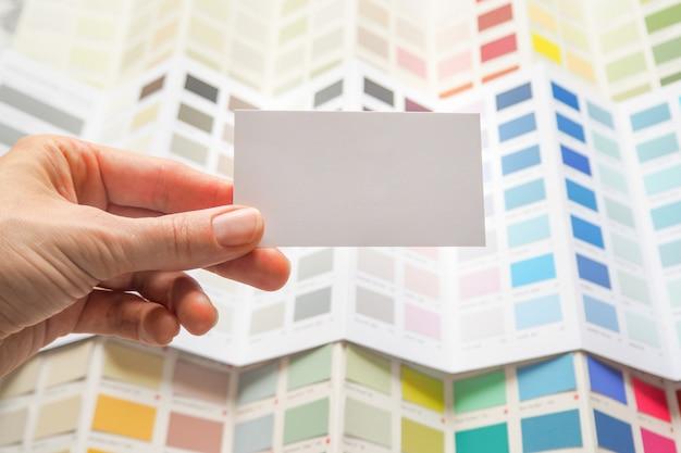 Cartão de visita e uma grande paleta de cores. escolha uma cor entre uma ampla variedade de esmaltes de tinta.