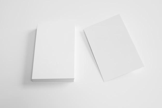 Cartão de visita em branco ao lado da pilha