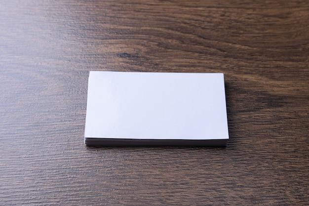 Cartão de visita em branco em madeira