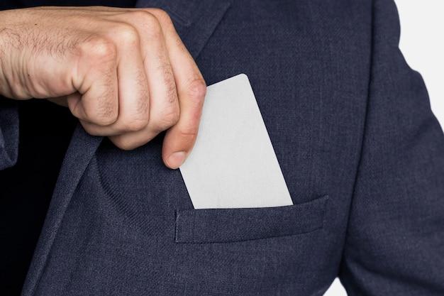 Cartão de visita em branco na mão de um homem de negócios