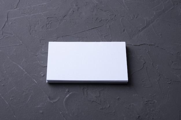 Cartão de visita em branco na rocha beton