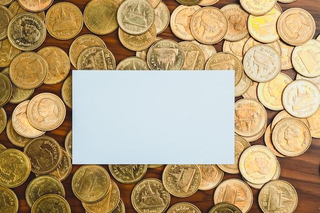 Cartão de visita em branco ou cartão de visita e pilha de moedas