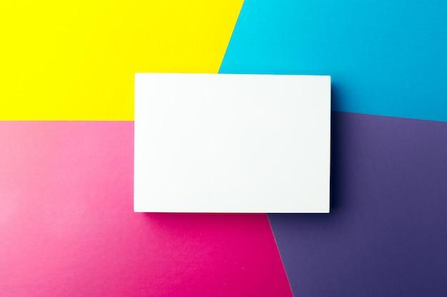 Cartão de visita em branco sobre abstrato colorido
