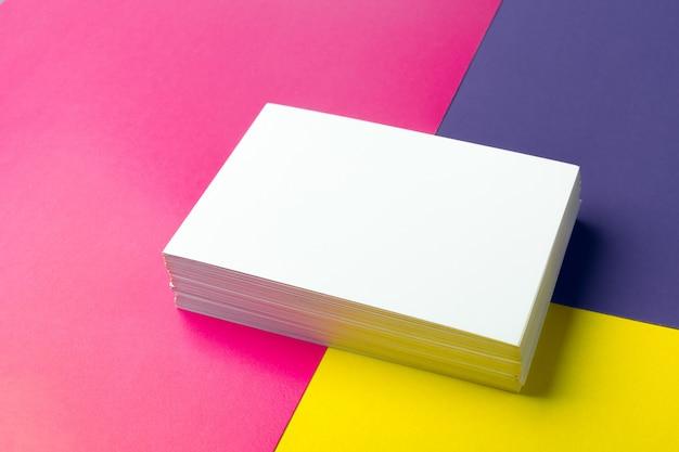 Cartão de visita em branco sobre papéis coloridos