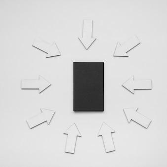 Cartão de visita minimalista cercado por setas
