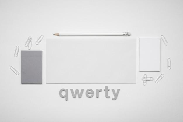 Cartão de visita minimalista e palavra qwerty