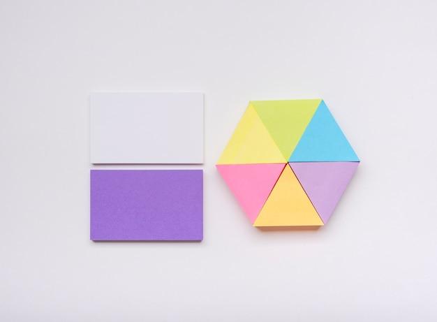 Cartão de visita minimalista e post-it colorido