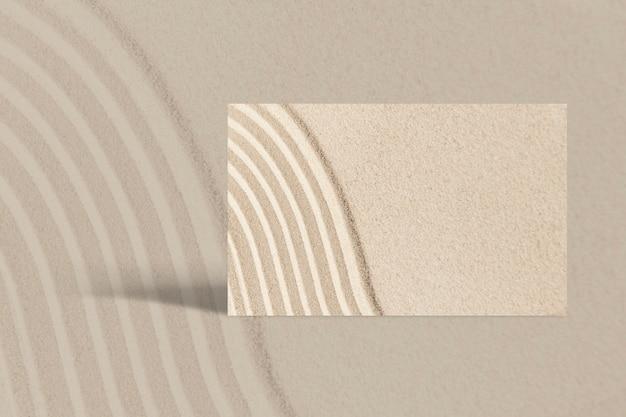 Cartão de visita mínimo com textura de areia no conceito de bem-estar