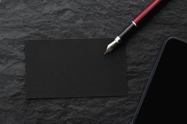 Cartão de visita preto em branco para maquete da marca de luxo da mesa de escritório e design de identidade corporativa