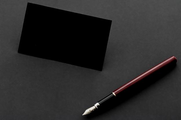 Cartão de visita preto em branco para maquete e caneta como papel de carta na marca de luxo do escritório e corpora ...