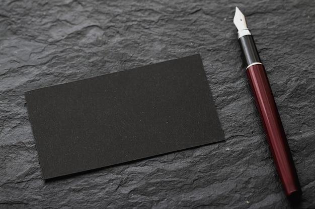 Cartão de visita preto em branco para maquete e caneta de luxo da marca e design de identidade corporativa