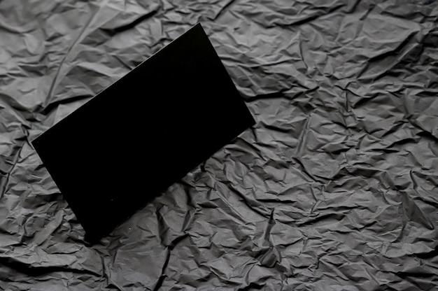 Cartão de visita preto em branco para maquete em branding de luxo de fundo cinza escuro flatlay e corporativo i ...