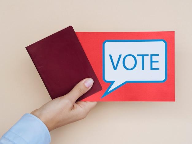 Cartão de vista frontal com bolha do discurso de votação com fundo bege