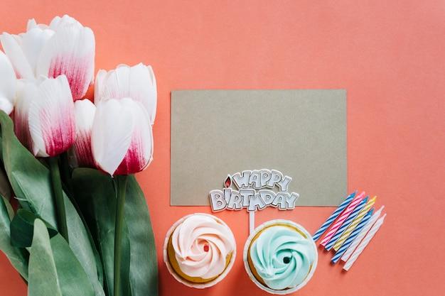 Cartão de vista superior com elementos de aniversário