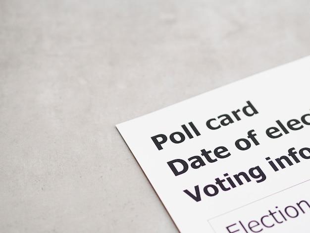 Cartão de votação de alto ângulo preto e branco