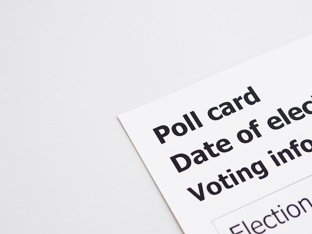 Cartão de votação de vista superior em fundo branco