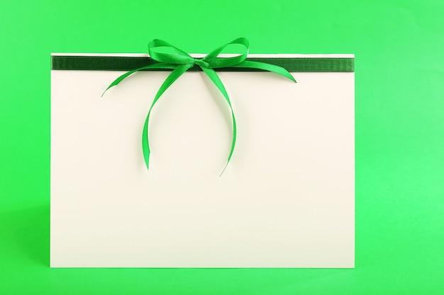 Cartão decorado com laço em fundo verde