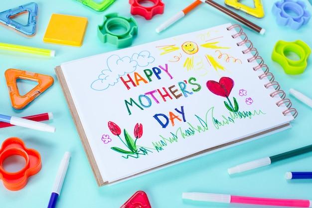 Cartão do dia das mães feito por uma criança. texto feliz dia das mães