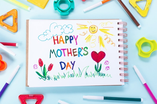 Cartão do dia das mães feito por uma criança. texto feliz mães da