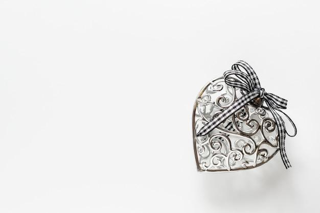 Cartão do dia de são valentim, lindo coração de prata com fita no fundo branco