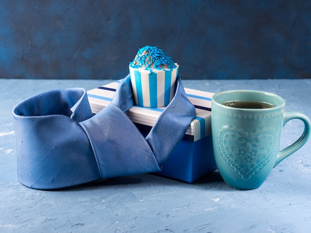 Cartão do dia dos pais com caixa de presente e bolo do copo, gravata
